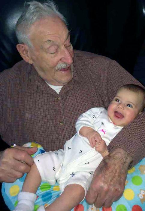 91-летний дедушка держит на руках свою внучку, которой… 91 день!