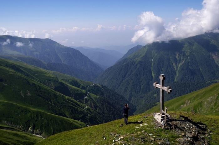 С этой точки, расположенной на высоте 2825 метров и оборудованной бесплатным вай-фаем, видно самую высокогорную дорогу в Европе.