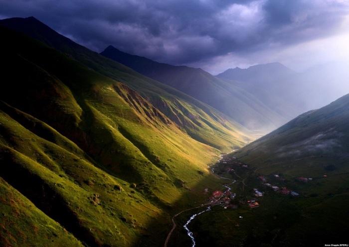 Небольшое поселение расположено над рекой Юта на склоне межу горами Чаухи и Рошка.