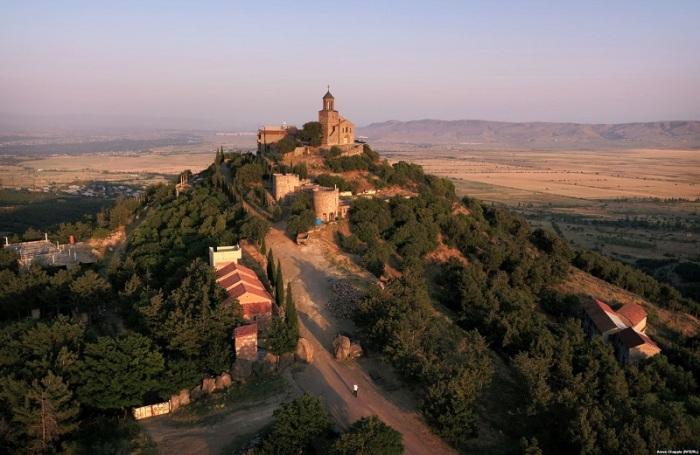 Древний действующий мужской монастырь с колокольней стоит на высокой горе Телети, где монахи возделывают виноградники.