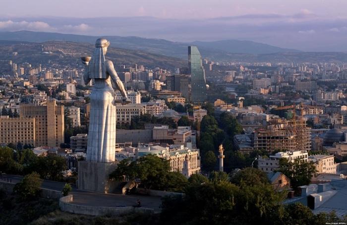 20-ти метровый монумент в виде женской фигуры с чашей и мечом в руках был построен на 1500-летний юбилей города в 1958 году на вершине холма Сололаки.