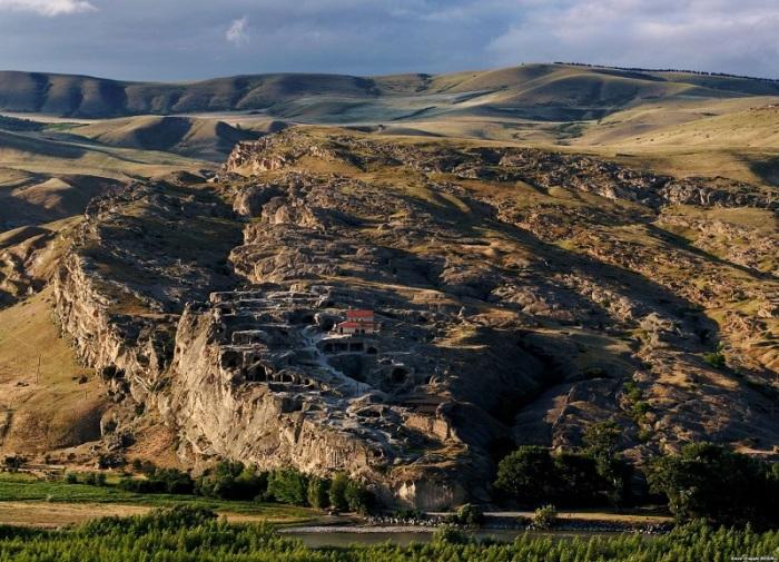 Один из первых городов, появившихся на территории Грузии, буквально высеченный в скале был покинут в 19-м веке, и теперь является одним из важнейших памятников грузинской культуры.