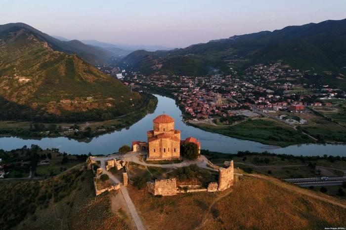 Храм Креста, расположенный на вершине горы у слияния рек Куры и Арагви, возобновил свою деятельность с 1996 года.
