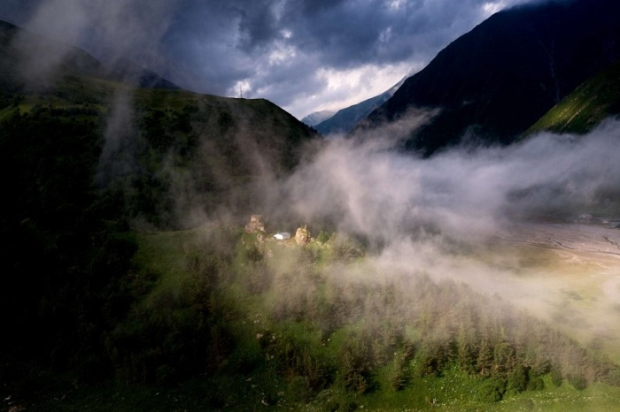 Туман, поднимающийся над маленькой церковью в селении Ухати, что расположено на Военно-грузинской дороге.