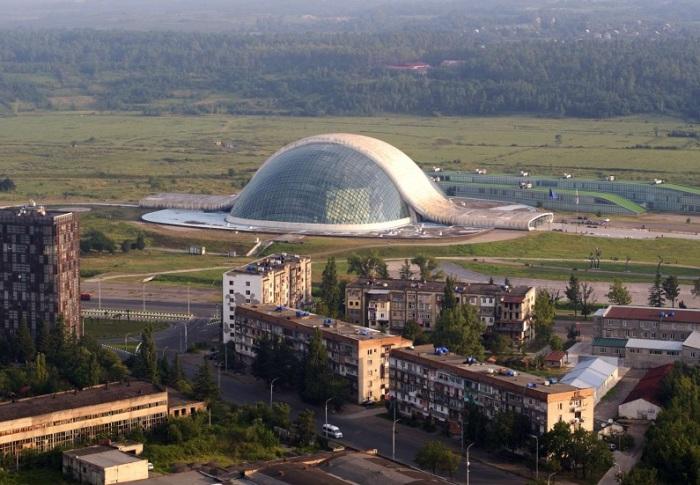Футуристическое семиэтажное здание со стеклянным куполом было спроектировано испанским архитектором Альберто Доминго Кабо.