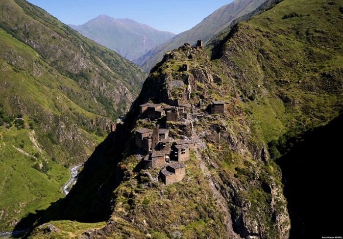 Оборонительные и сторожевые старинные башни неприступной крепости были построены на высоких скалах рядом с ущельем реки Ардоти на высоте 1579 метров.