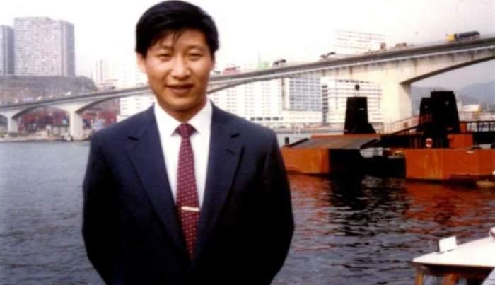 На снимке будущему верховному лидеру Китая всего 27 лет, свою страну Си Цзиньпин возглавил в 2013 году, став председателем КНР.