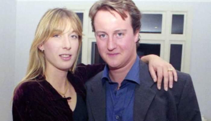 На фотографии 1990 года Кэмерон со своей еще пока будущей супругой Самантой Гвендолин Шеффилд, в 2010 году активный политик занял пост премьер-министра Великобритании.