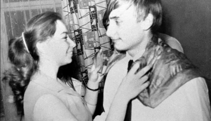Путин танцует с одноклассницей на снимке 1970 года, а с 2000 года государственный и политический деятель был избран на пост президента РФ.
