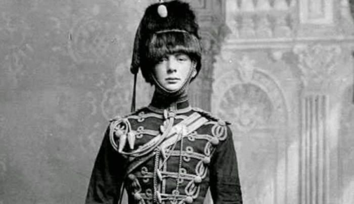21-летнему Черчиллю в 1895 году присвоили чин младшего лейтенанта и зачислили в 4-й гусарский полк Ее Величества, а в 34 года он стал премьер-министром Великобритании.