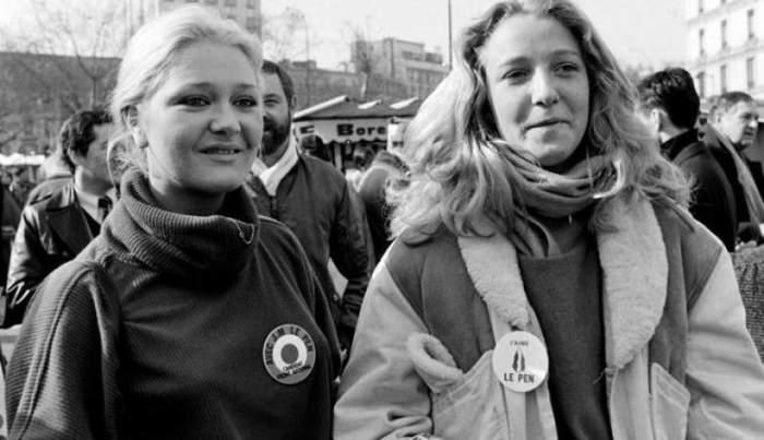 На снимке 1985 года 17-летняя Марин (справа) на демонстрации, организованной в поддержку партии отца «Национальный фронт», а спустя 27 она выдвигала свою кандидатуру на пост президента Франции.