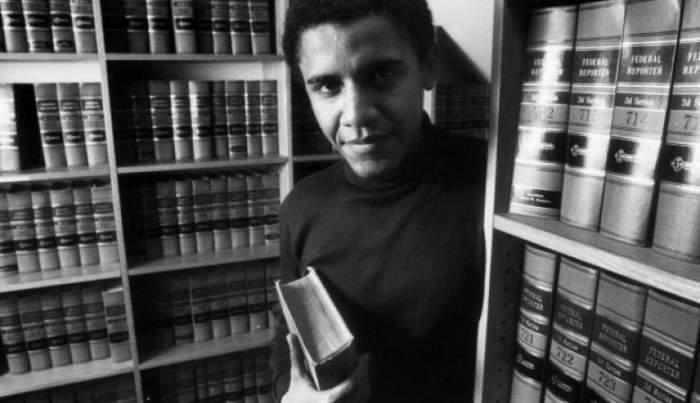 29-летний Обама в библиотеке Чикагского института юридических наук, где позже он преподавал конституционное право, а в возрасте 51 года афроамериканец занял пост 44-го президента США.