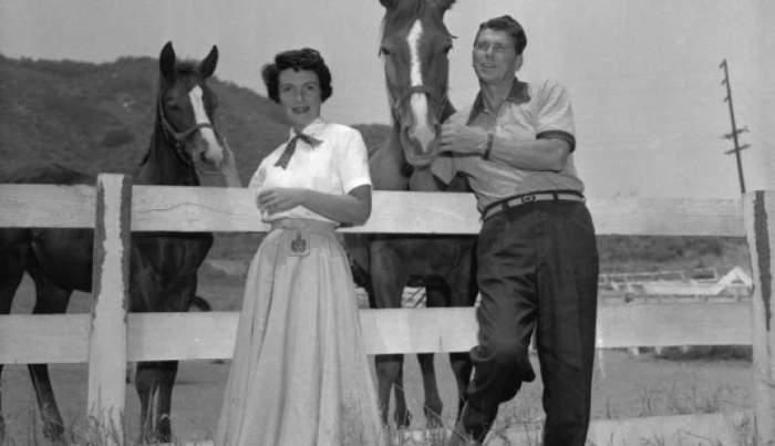 На снимке 1956 года Рейган и его супруга Нэнси стоят возле своих лошадей на ранчо в Калифорнии, а спустя 25 лет он победил на выборах и стал 40-м президентом США.