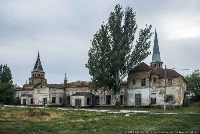 Строений такого типа в Восточной Европе лишь два: Кремль в Москве и конюшня в Васильевке, так утверждает профессор Байрамян из Москвы.