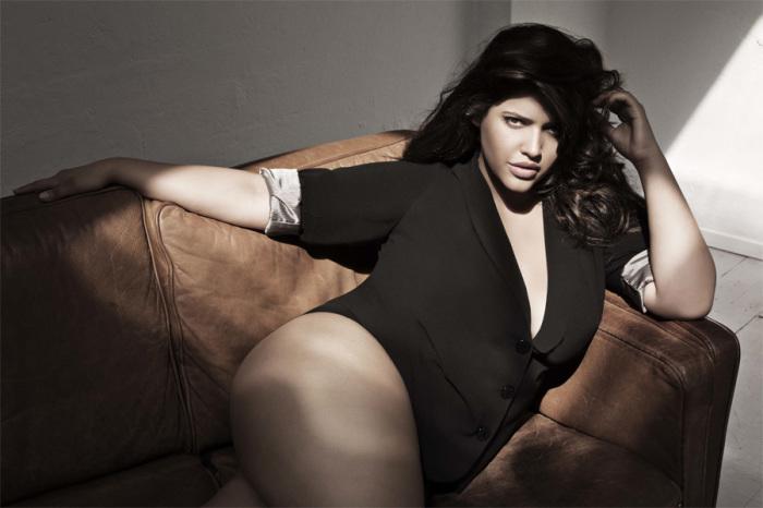 Дэнис стала первой и единственной моделью плюс-сайз, вышедшей на подиум знаменитого фешен-шоу Серены Уильямс.