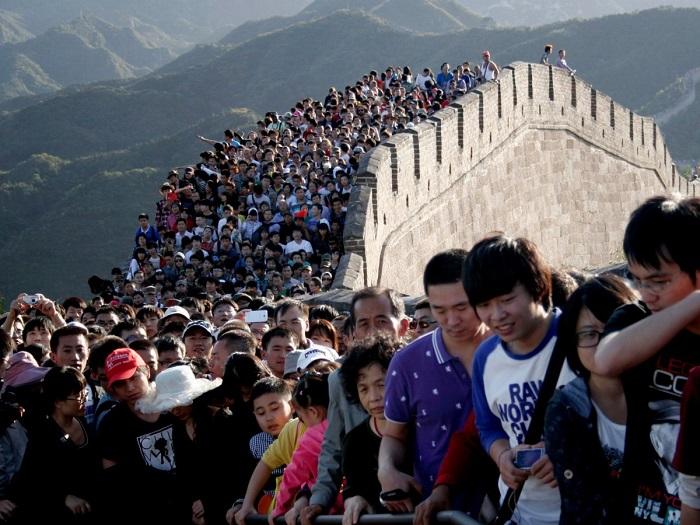 Толпа людей на Великой Китайской стене.