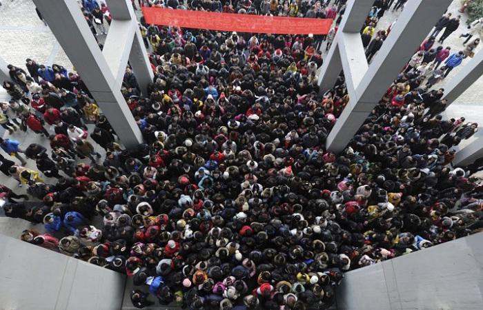 Абитуриенты подходят к зданию, чтобы принять участие в трёхдневном вступительном экзамене в аспирантуру в Хэфэй, провинция Аньхой.