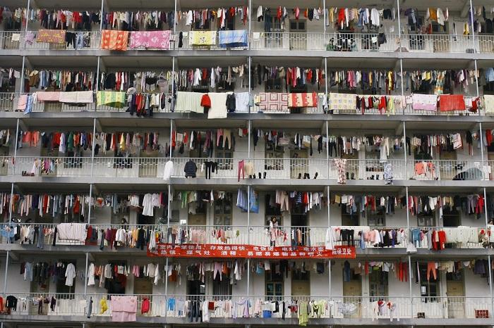 Постиранные вещи висят на балконах студенческого общежития университета в Ухане, провинция Хубэй.