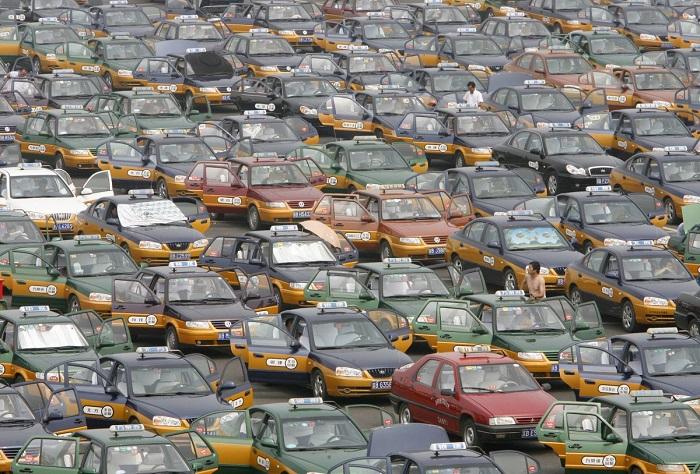Таксисты выстраиваются на стоянке в ожидании пассажиров у нового международного аэропорта Шоуду.