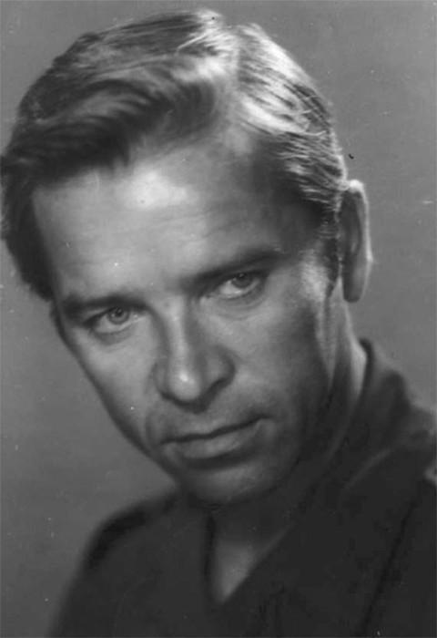 В 1987 году поставил своеобразный рекорд – был приглашён сниматься сразу девятью режиссёрами.