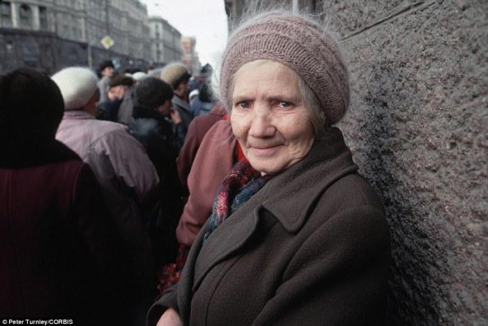 Уставшая бабушка в очереди за необходимым для выживания.