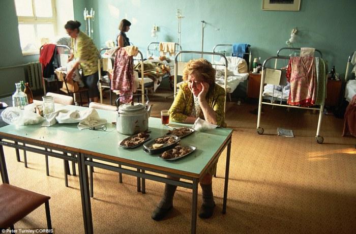 Выздоравливающие в больничной палате с довольно богато накрытым столом, июль 1991 года.