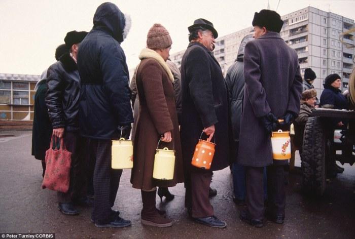 Пенсионеры выстроились с бидонами в очередь за молоком, город Тула, ноябрь 1991 года.