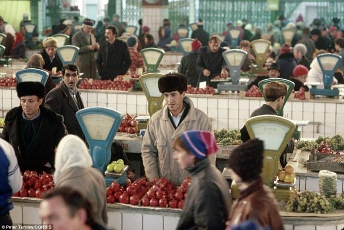 Вечно богатеющие кавказцы торгуют южными фруктами на рынке, ноябрь 1991 года.