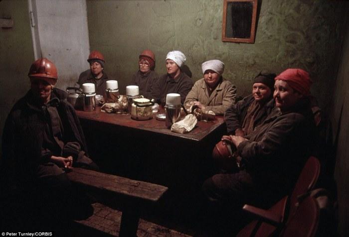 Женщины шахтеры отдыхают после смены в городе Новокузнецк, июнь 1991 года.