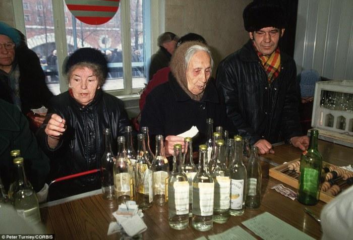 Период, когда не хватало стеклотары и было введено правило обмена пустых бутылок на полные с доплатой.