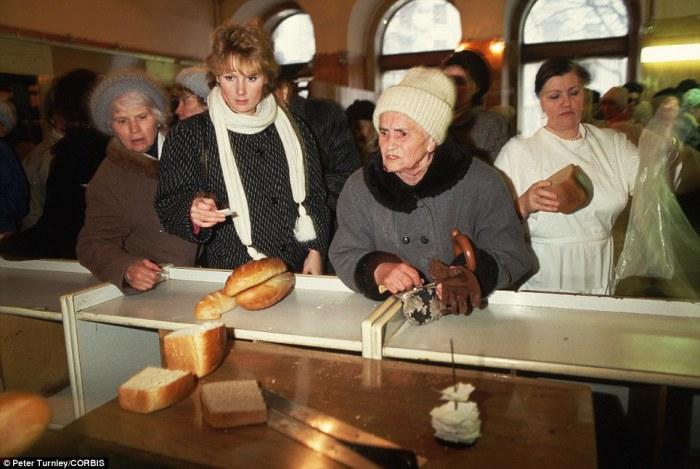 Люди стоят в огромных очередях, чтобы купить хоть что-нибудь из того, что появляется в магазинах, ноябрь 1991 года: до распада СССР остается всего месяц.