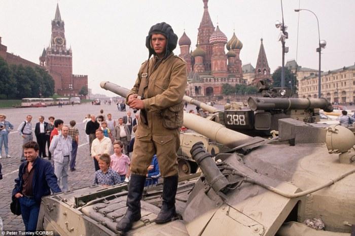 Солдаты и танки двигались на Красную площадь, чтобы окружить Кремль в начале переворота.