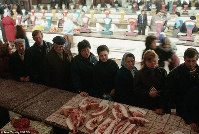 На государственном рынке в Новокузнецке выстроилась длинная очередь за свининой и другими мясопродуктами.