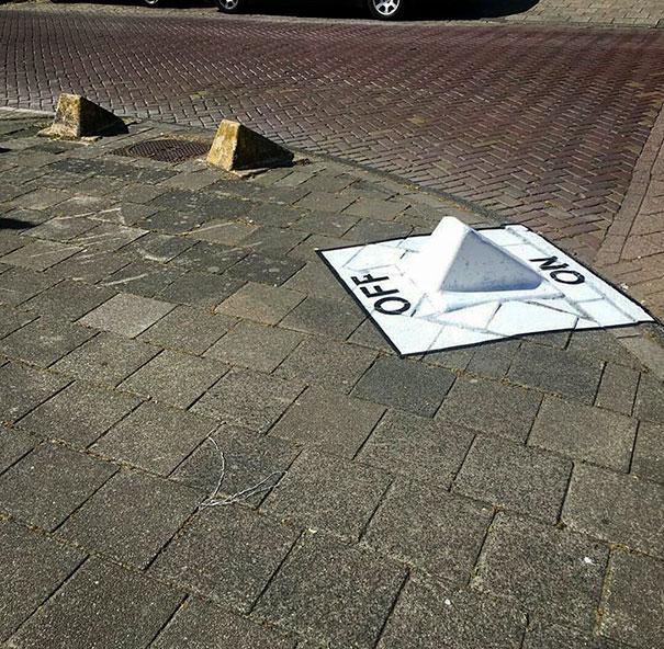 Чья-то фантазия преобразила ограничитель парковки в оригинальный переключатель.