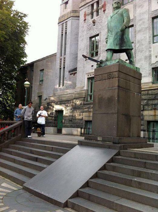 Одна деталь превратила памятник норвежского писателя в сурового скейтбордиста.