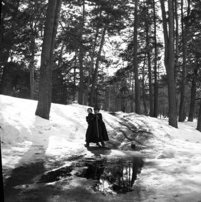 Девушка старается сбросить молодого человека в прорубь, 1904 год.