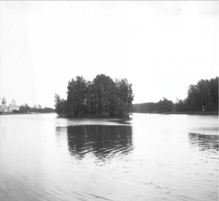 Кусковский пруд стал одним из излюбленных мест москвичей не только летом, но и на Крещение зимой.