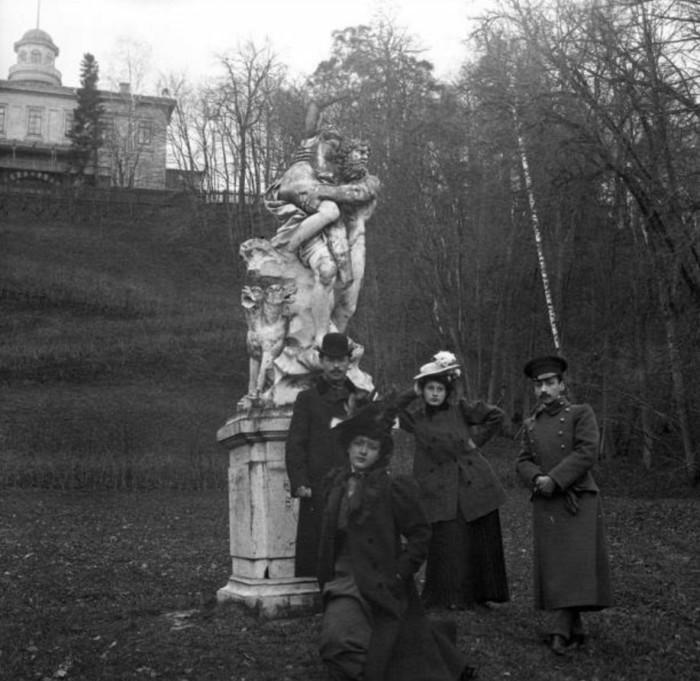 Снимок у скульптуры в парке.