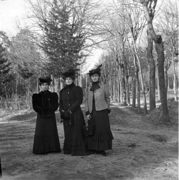 Феня Магаз, Анета и Раз на аллее около шоссе.
