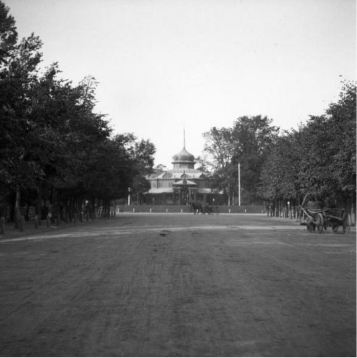 На Сокольничьем кругу, в центре парка, построен изящный павильон.