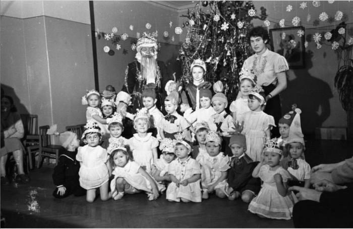Маленькие снежинки и петрушки возле новогодней елки. 1958 год.