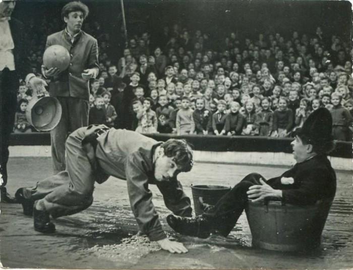 Клоуны цирка выступают в новогодней программе перед многочисленными зрителями.  1962 год.