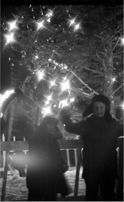 К нам приходит Новый год и подарки нам несет. Южно-Сахалинск 1962 год.