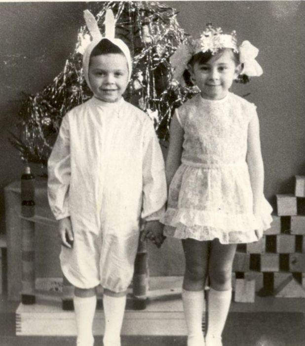 Зайка серенький с подружкой снежинкой на новогоднем утреннике. 1960 год.