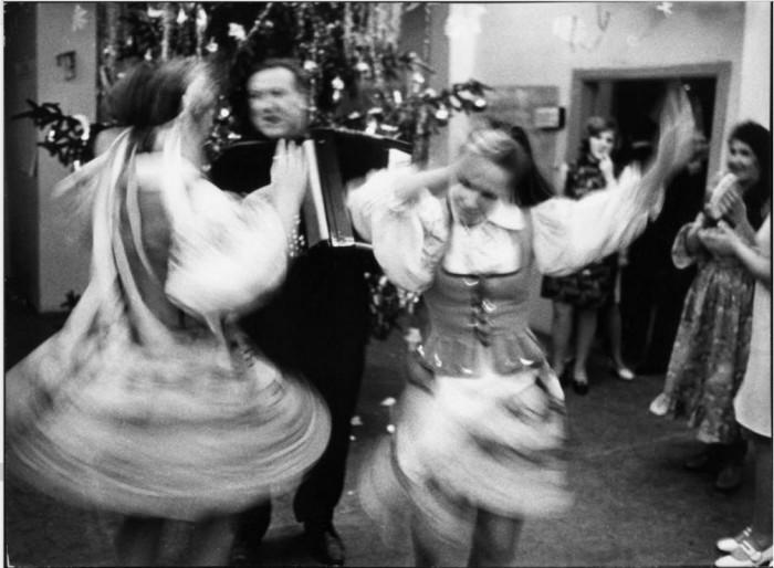 Новогодний праздник с танцами и играми вокруг украшенной ели. 1970 год.