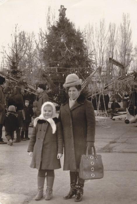 Возле лесной красавицы много аттракционов и развлечений для взрослых и детей. 1971 год.