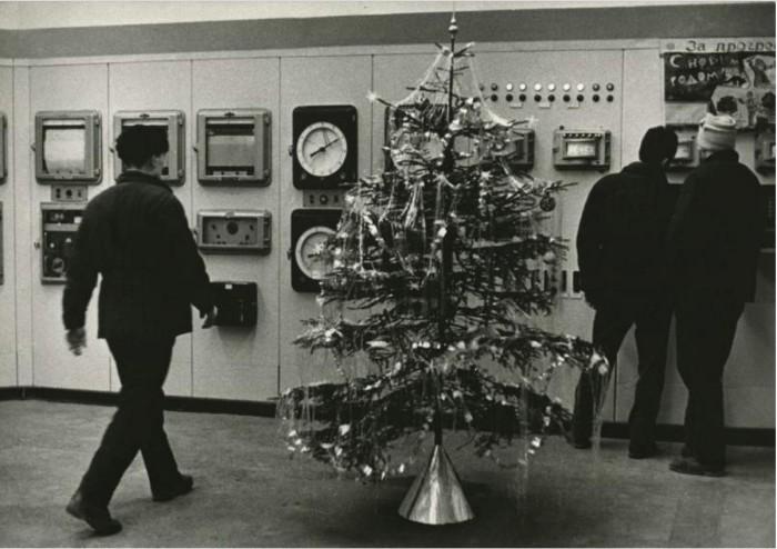 Яркая новогодняя красавица стоит посредине предприятия. 1972 год.
