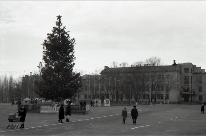 Нарядная ель в городе Лиски. 1974 год.