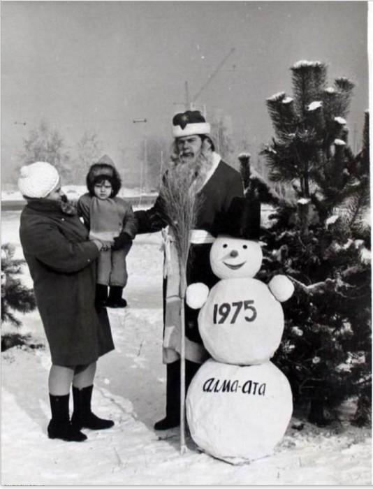 Дед Мороз и снеговик пришли в гости к детям. 1975 год.