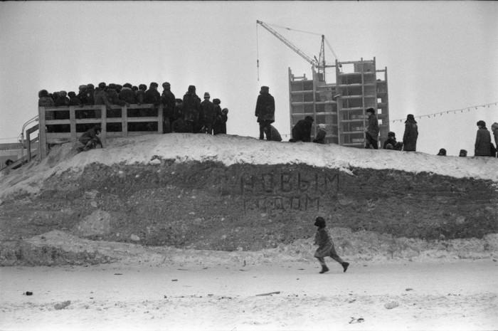 Ледяная горка собрала детей от мала до велика. 1983 год.